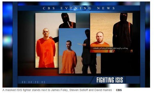 Jihadi John a fianco dei tre uomini prima dell'esecuzione (fonte: CBSnews.com)