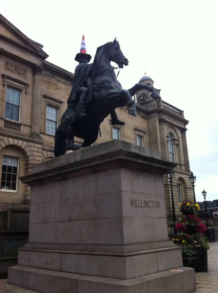 Il monumento di Edimburgo al duca di Wellington, che sconfisse Napoleone a Waterloo, arruolato dai separatisti scozzesi del fronte del Sì