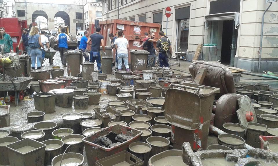 Volontari al lavoro a Genova (Fonte: Facebook.com/fangosullemagliette)