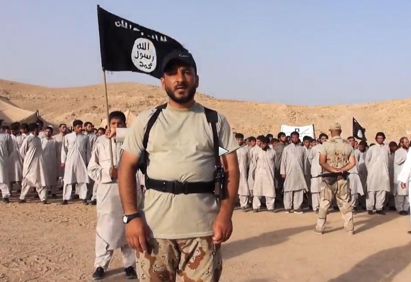 L'istruttore e le reclute dell'ISIS (fonte: liveleak.com)
