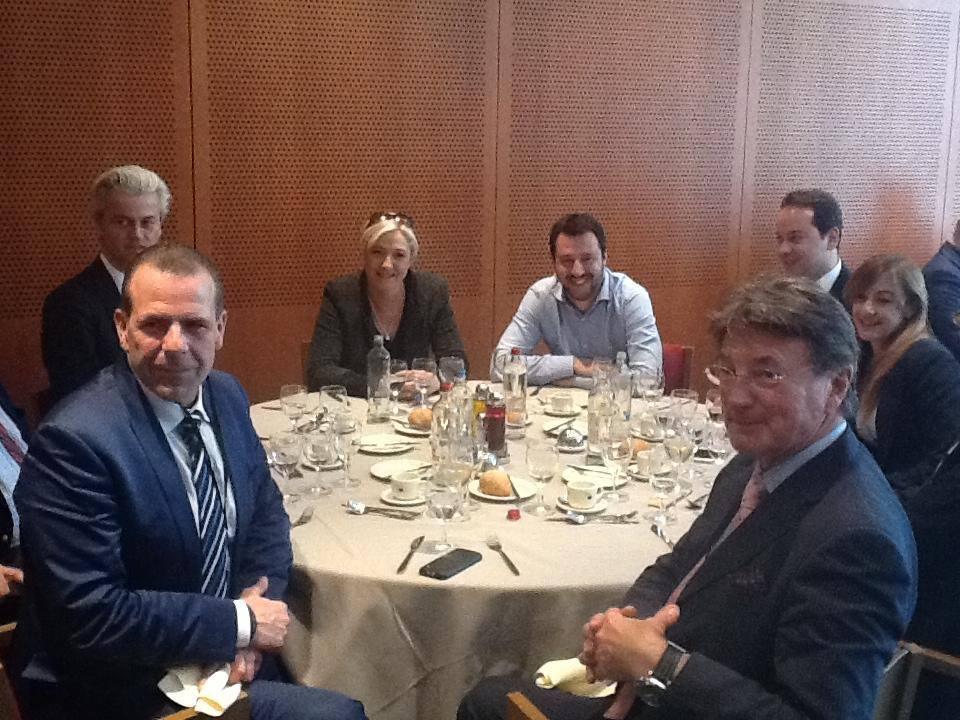 Vista la carenza di idee per accreditarsi come lepenisti è sufficiente avere una foto con Marine Le Pen (fonte: Facebook.com)