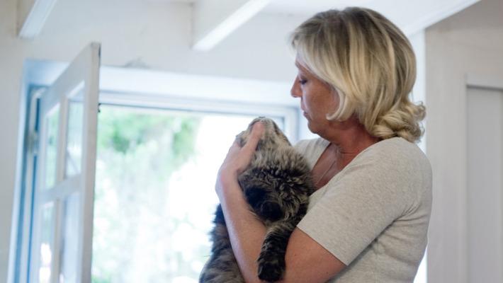 Marine Le Pen con uno dei suoi gatti (foto da Bfmtv.com)