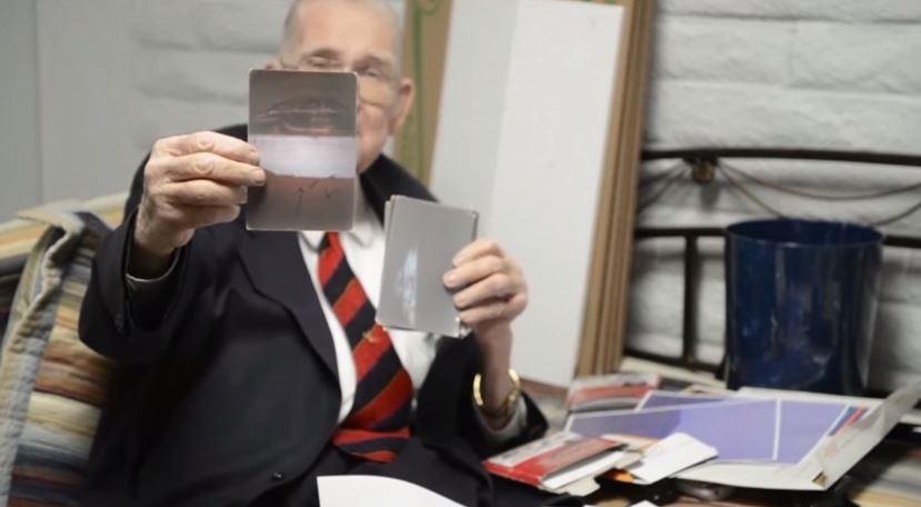 Boyd Bushman mostra la foto di UFO al decollo dall'Area 51 (via YouTube.com)