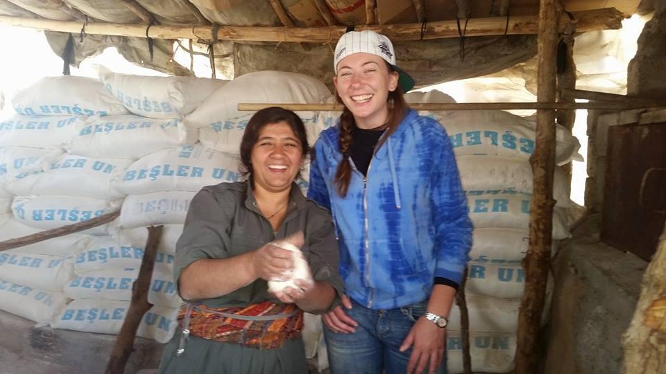 Gill Rosenberg e una donna curda (fonte: Facebook.com)