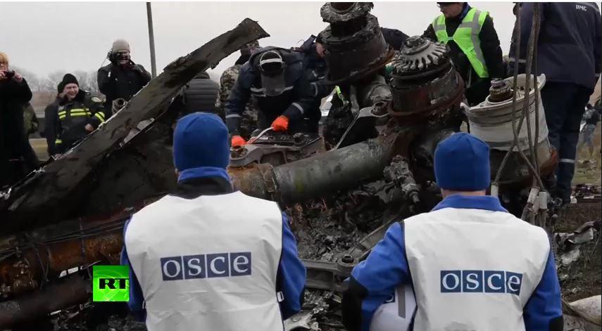 Gli ispettori dell'OSCE sorvegliano le fasi di recupero del relitto del volo MH17 (fonte YouTube.com)