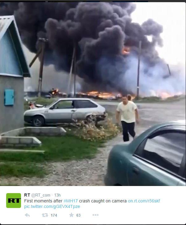 Sullo sfondo l'incendio del Boeing dopo lo schianto (fonte: Twitter.com)