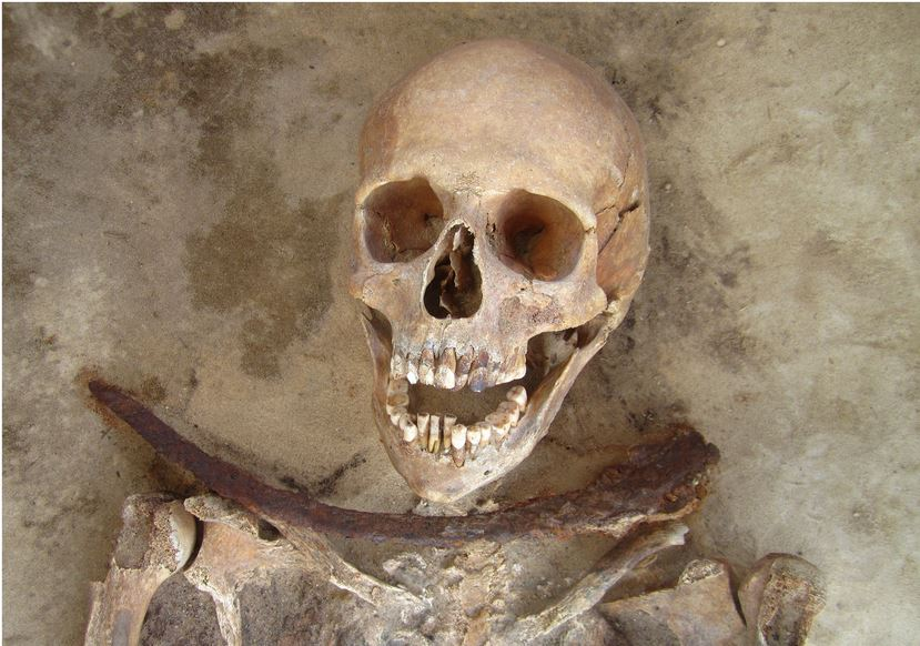"""Il cadavere di una donna """"vampiro"""" sulla quarantina sepolta a Drawsko. (fonte: http://www.plosone.org/article/info%3Adoi%2F10.1371%2Fjournal.pone.0113564)"""