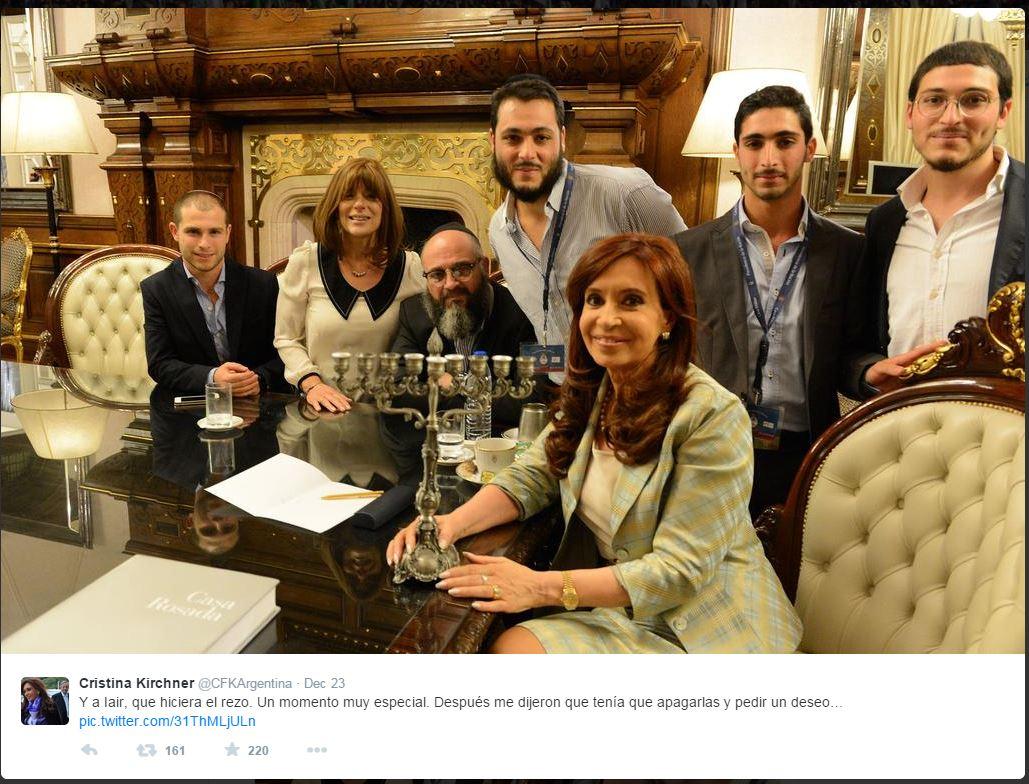 La Kirchner con la famiglia di Iair Tawil il primo figlioccio presidenziale di religione ebraica (fonte: Twitter.com)