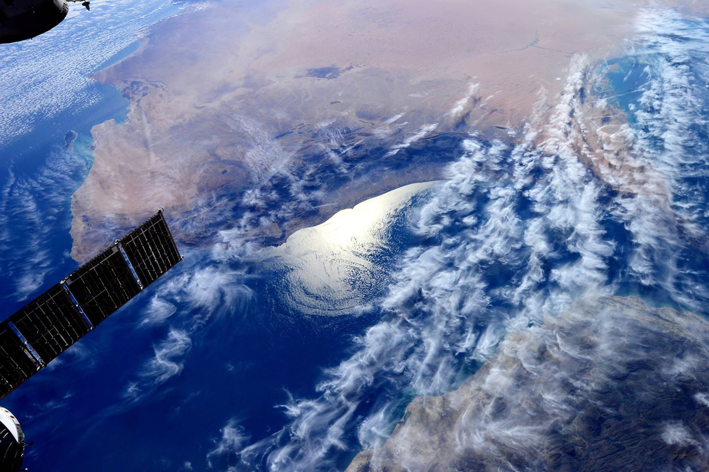 «Ciao Oman! Ecco come ti si vede dallo spazio. I disegni che le nuvole creano sopra il Golfo sono meravigliosi!» (18 dicembre 2014)