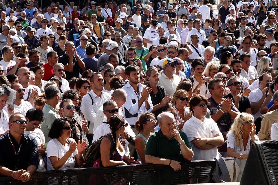 Camicia bianca la trionferà (fonte: facebook,com)