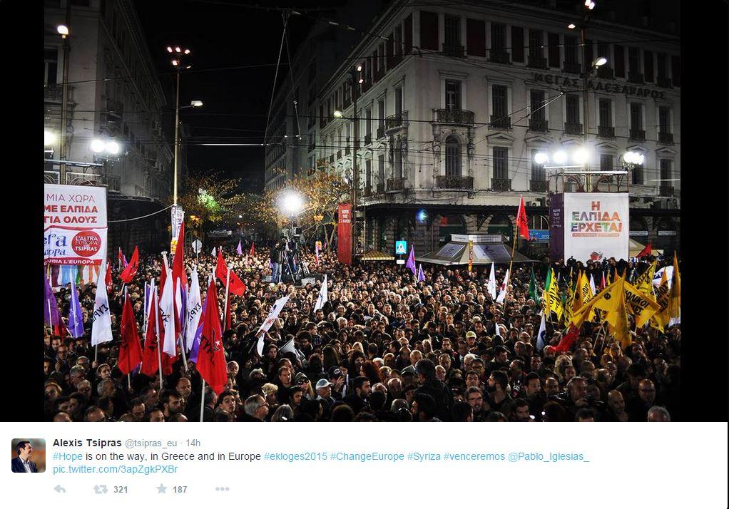 Un'immagine della piazza gremita ieri in occasione del comizio conclusivo di Tsipras (fonte: Twitter.com)