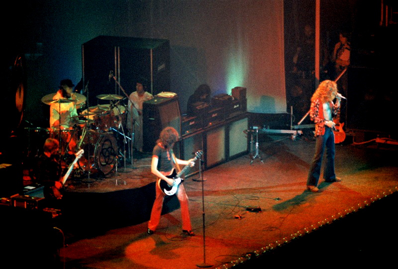 i Led Zeppelin in concerto a Chicago nel 1975 via Wikipedia.org
