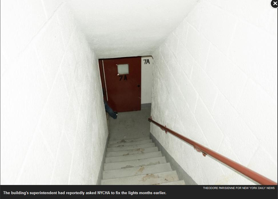 Il punto della scala dell'ottavo piano dal quale è partito il colpo che ha ucciso Gurley che si trovava al settimo piano. (via nydailynews.com)