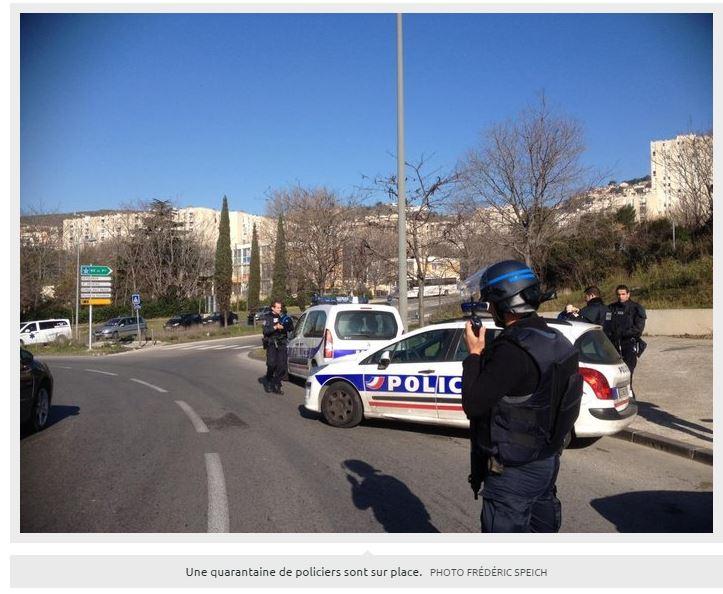 I poliziotti ad un posto di blocco a Marsiglia questa mattina (via Laprovence.com foto di Frédérich Speich)