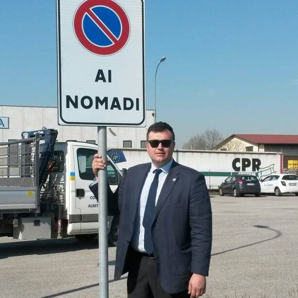 """Il sindaco di Albettone Joe Formaggio orgoglioso del suo cartello """"anti-nomadi"""""""