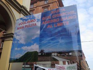 La manifestazione contro le scie chimiche a Bologna (Foto da Riprendiamoci il pianeta via FB)