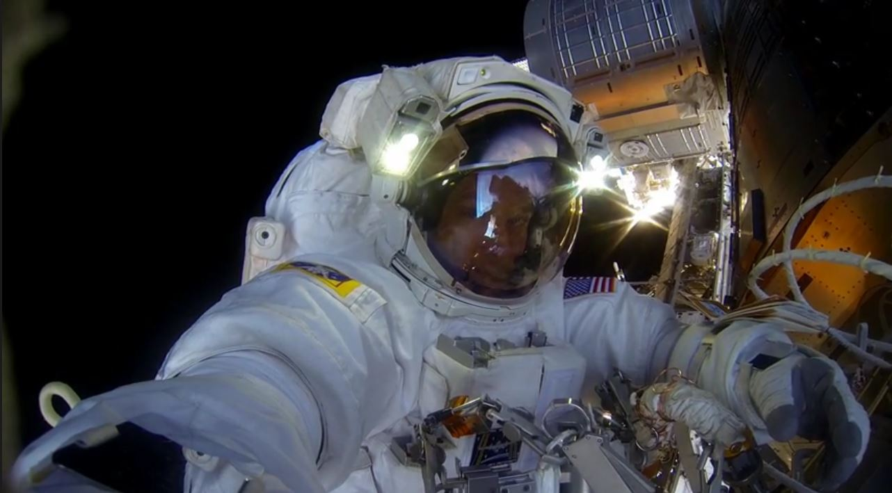 Selfie a 400 km di altezza (fonte: Youtube.com)