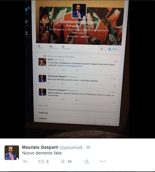 Il porta iPad anatomico del Senatore Gasparri (fonte: Twitter.com)
