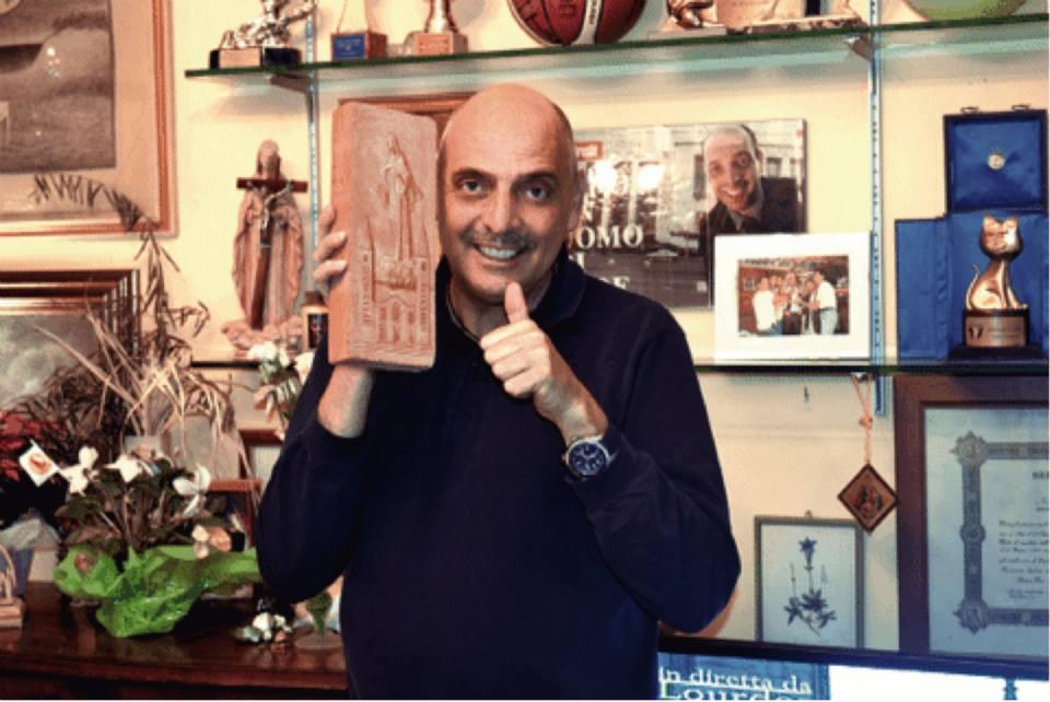 Paolo Brosio nel suo santuario tra crocefissi, Madonne e Telegatti (fonte: Facebook.com)