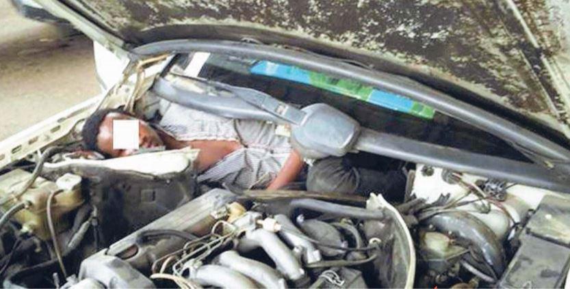 ceuta uomo incastrato radiatore batteria cofano