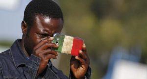 migranti smartphone cellulare