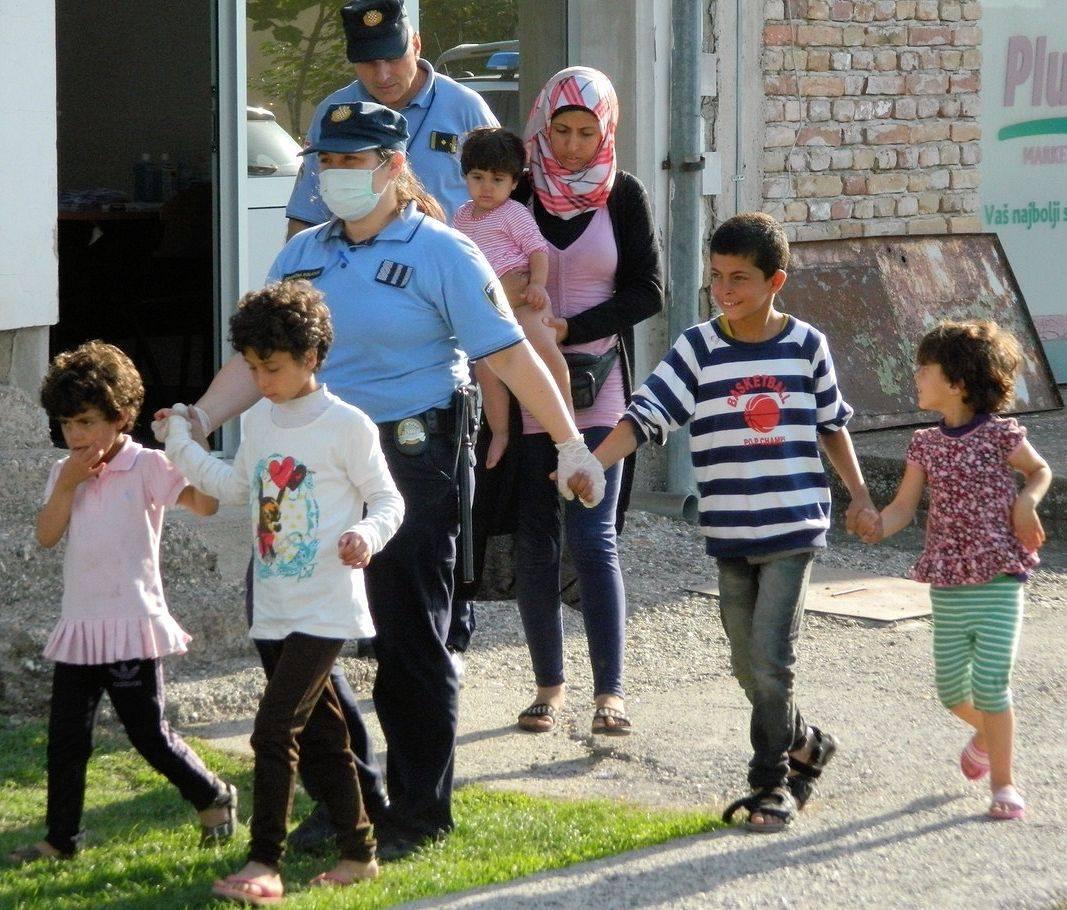 Agenti della Polizia croata accompagnano alcuni migranti (fonte: Facebook.com)