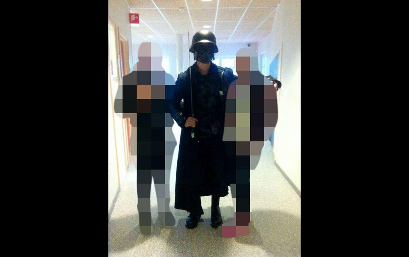 """Anton Lundin-Pettersson vestito da """"Darth Vader"""" in una foto trovata presumibilmente sul suo account Facebook"""