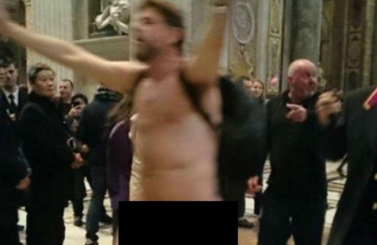uomo nudo san pietro