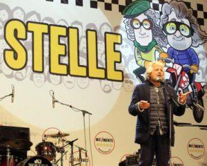Beppe Grillo sul palco della due giorni ''Italia5stelle'' del Movimento 5 stelle all'autodromo di Imola (Bologna), 17 ottobre 2015. ANSA/ MARCO ISOLA