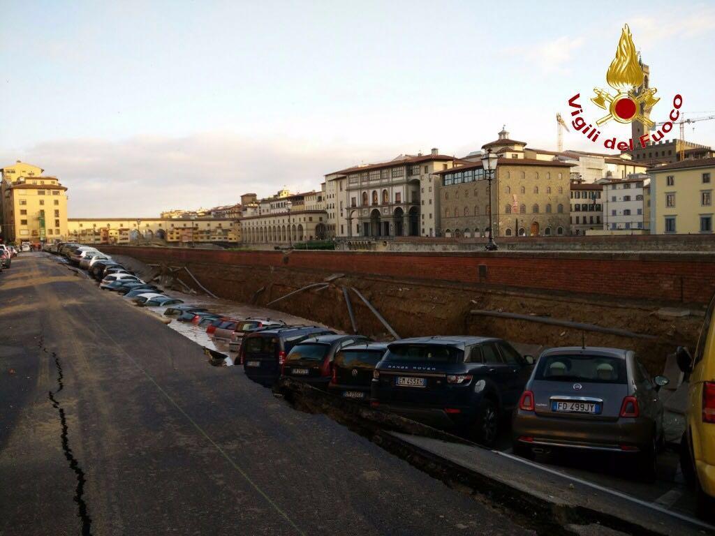 Voragine su Lungarno Firenze, forse causata da rottura tubo