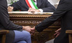 Un momento della cerimonia in Campidoglio per la trascrizione, davanti al sindaco Ignazio Marino, di sedici matrimoni gay contratti all'estero, 18 ottobre 2014 a Roma. ANSA/ MASSIMO PERCOSSI