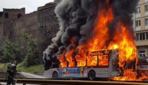bus fiamme atac 7