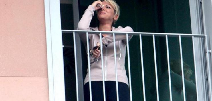francesca pascale piange finestra