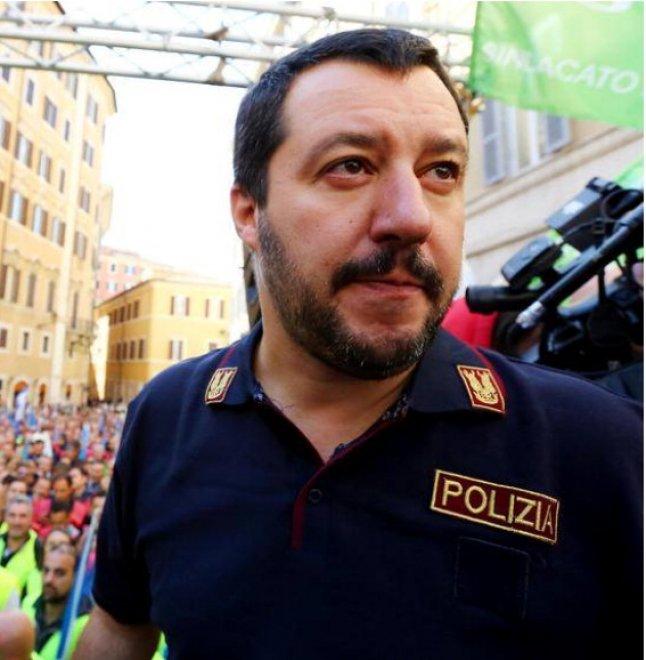 Salvini con la maglia della Polizia. Siap: è grave