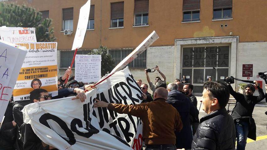 Tafferugli alla Sapienza per un convegno con la ministra Fedeli