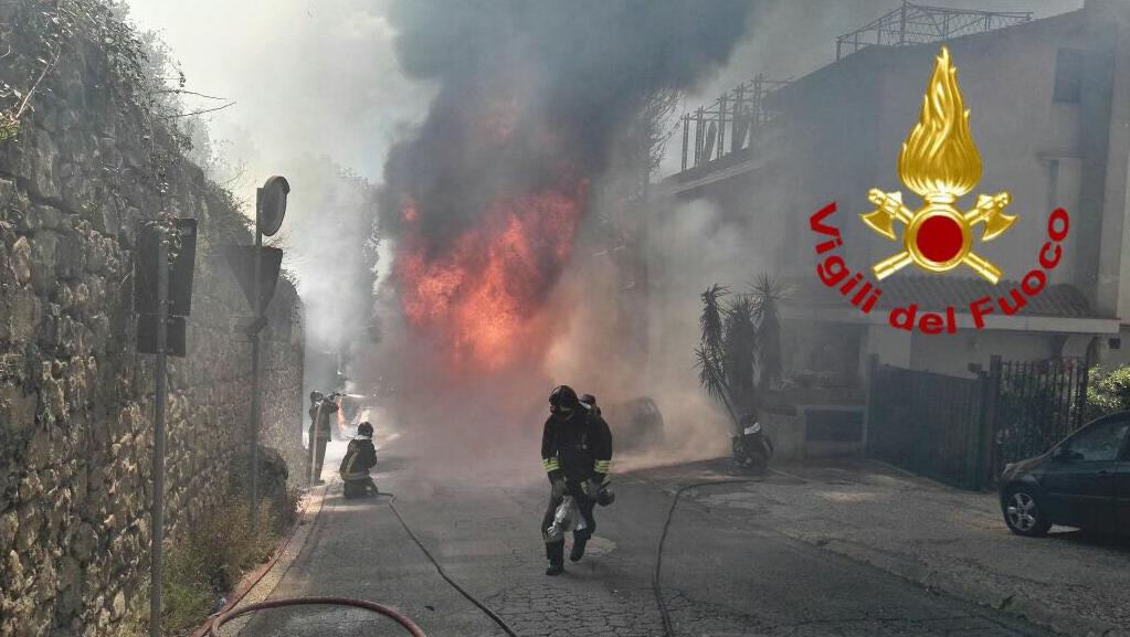 Incendi, paura ad Ariccia per rogo autocisterna: nessun ferito