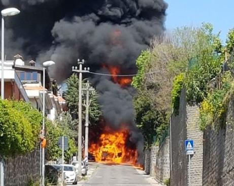 Autocisterna in fiamme. Paura ad Ariccia