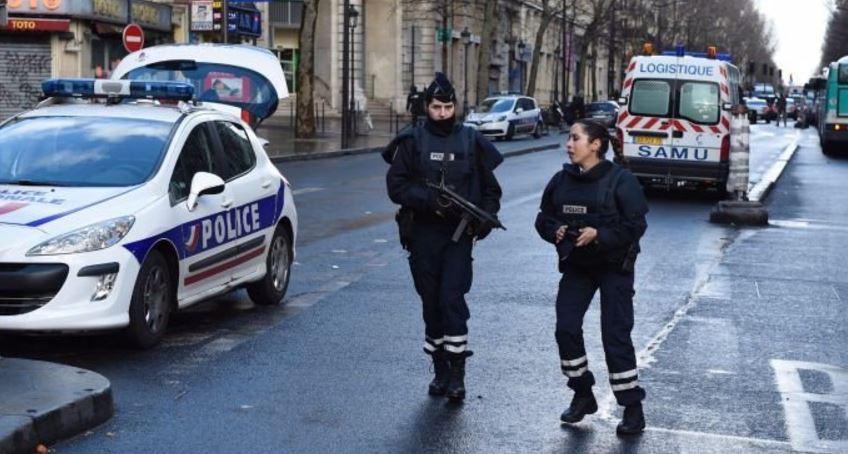 """Auto contro furgone della polizia a Parigi, un arresto"""""""