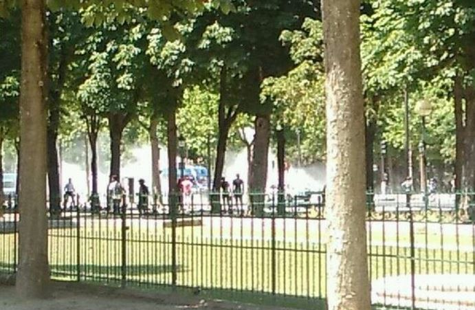 Champs Elysee: auto contro furgone della polizia, torna la paura