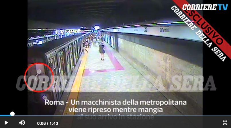 Incastrata tra le porte e trascinata dalla metro: è grave