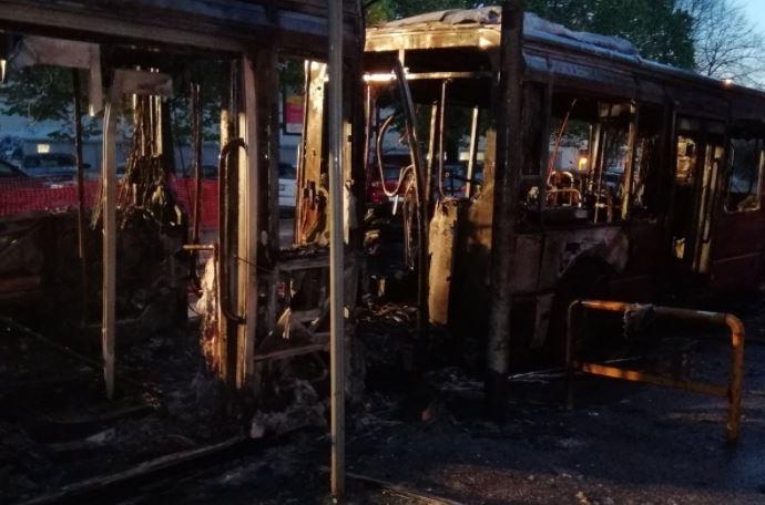Autobus distrutto dalle fiamme in via di Portonaccio: caos traffico